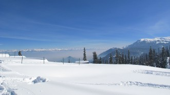 The snow-covered slopes of Gulmarg are perfect for skiing. Photo by Skywayman9/Wikimedia.